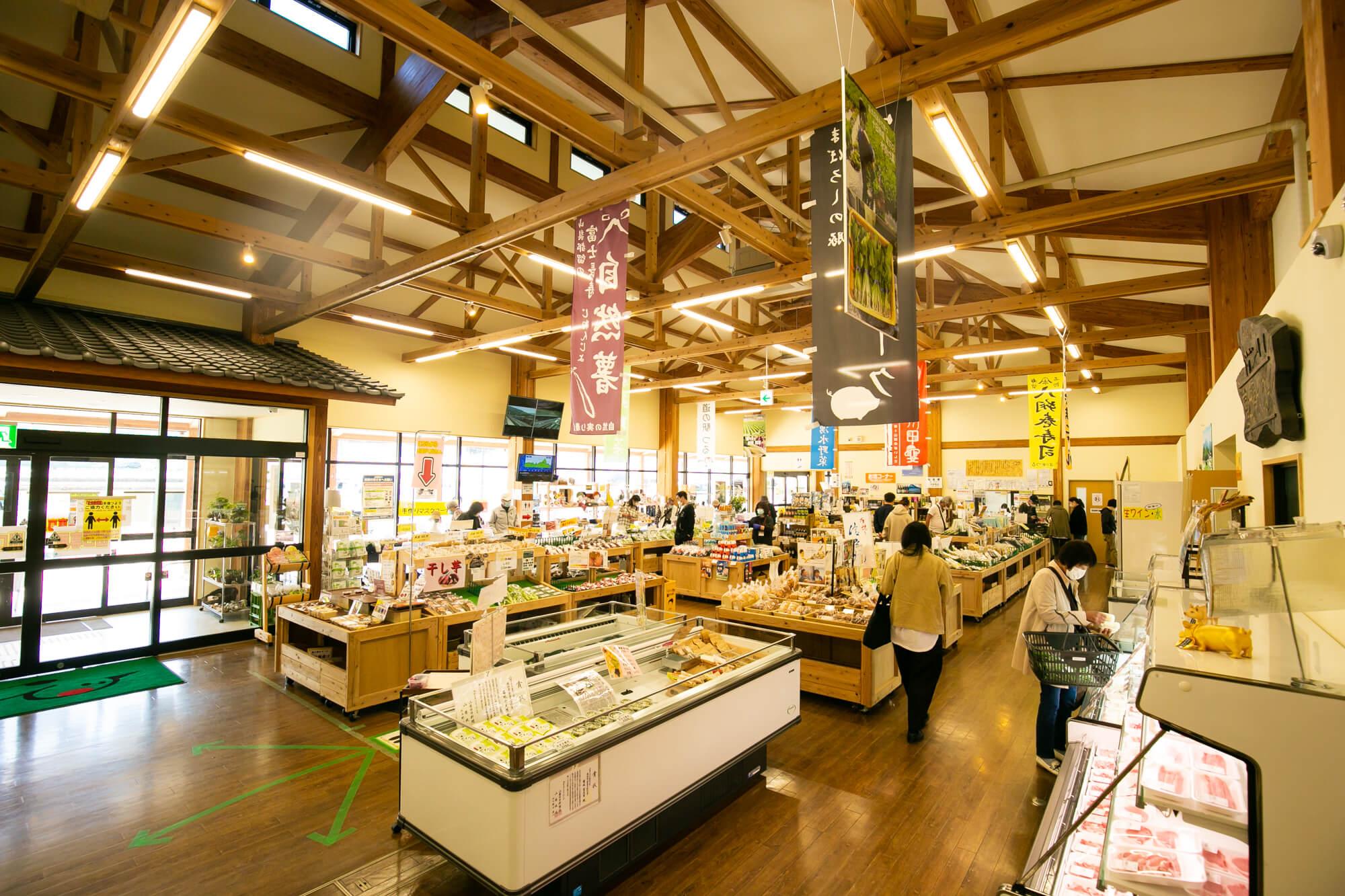 広い店内には地元産の商品がたくさん。