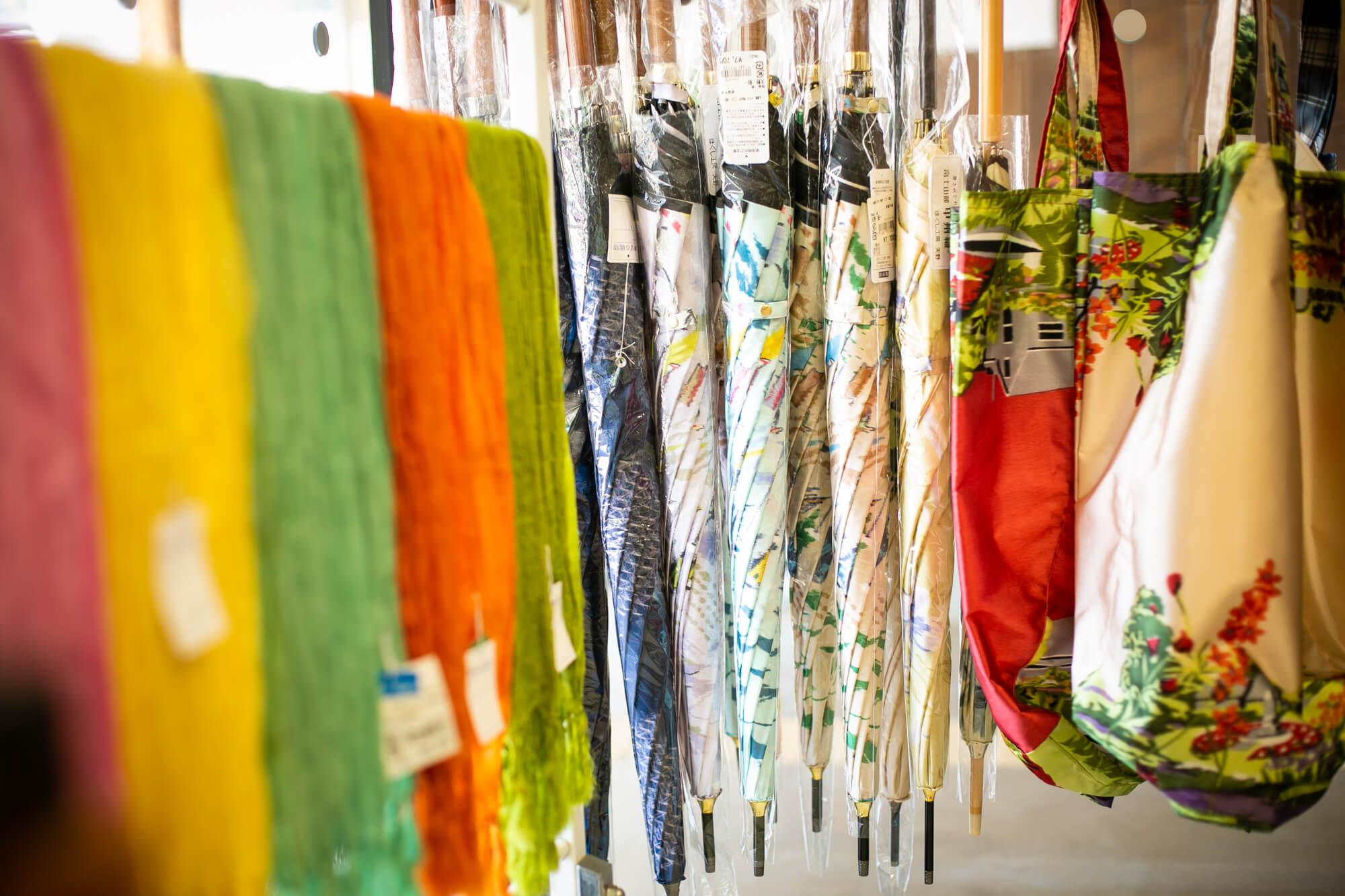 郡内織の傘やストール、エコバッグなども販売しています(観光案内所にて)。