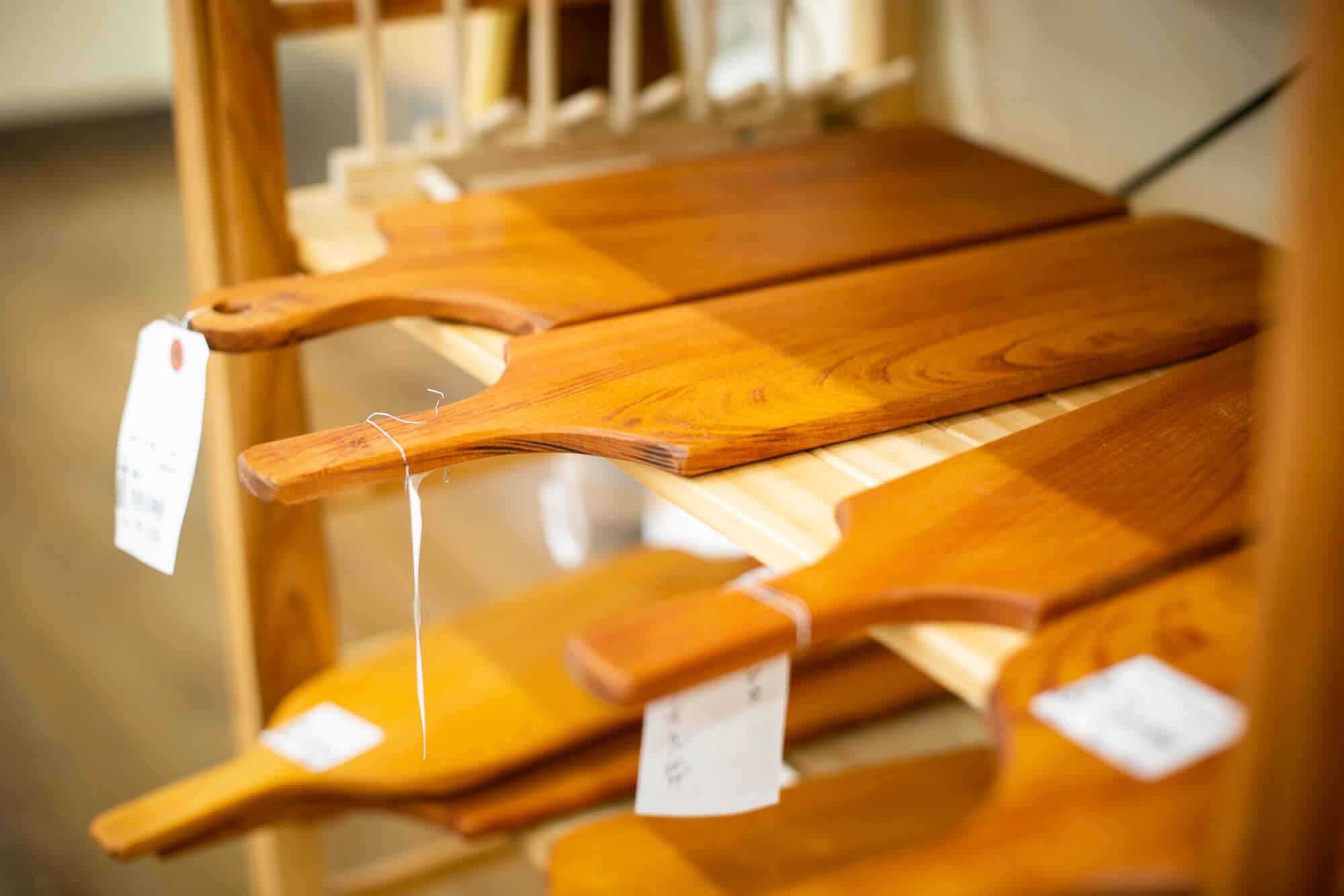 職人による木工商品も販売しています。